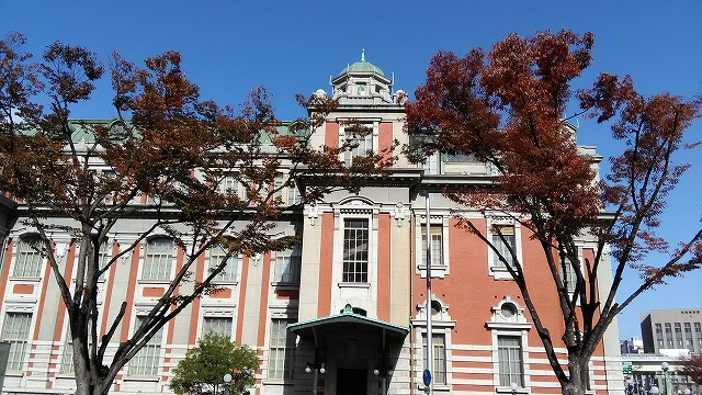 大阪市中央公会堂・左側と紅葉した木