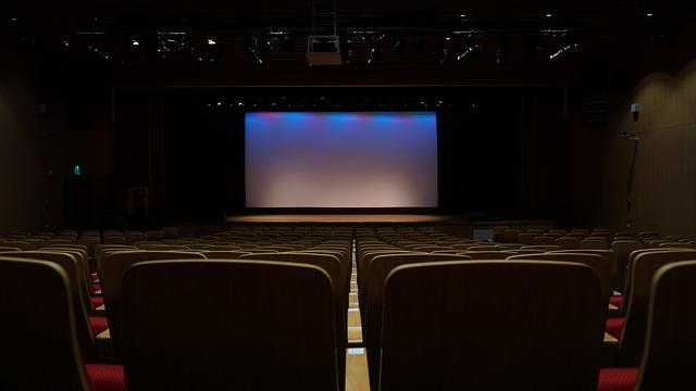 後ろからみた観客がいない客席