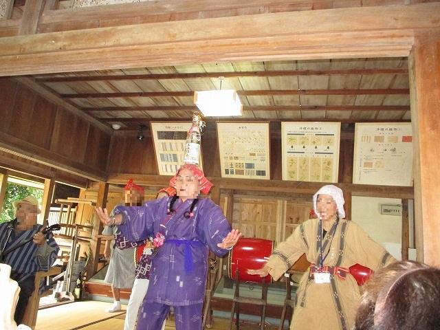 琉球舞踊を踊る人たち
