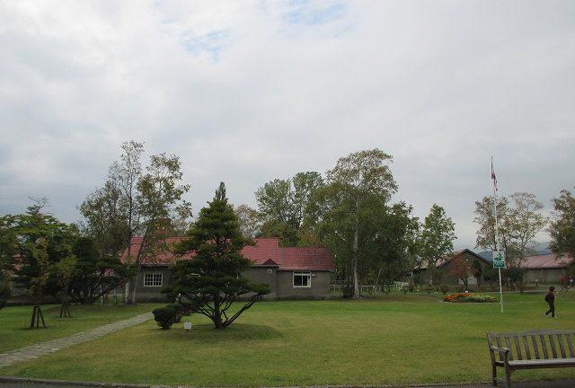 赤い屋根の建物