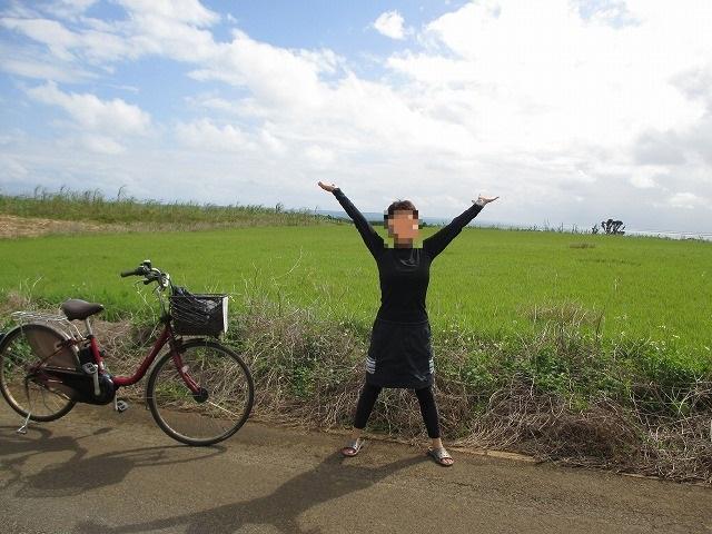自転車と万歳している女性