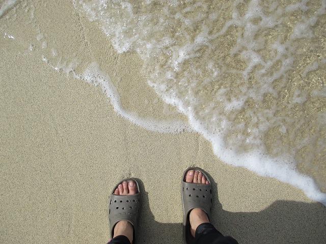 波打ち際とゾウリの足