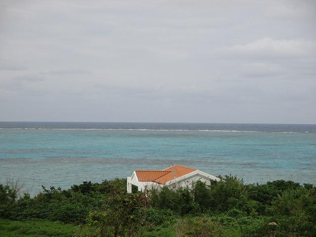赤い屋根のコテージと海