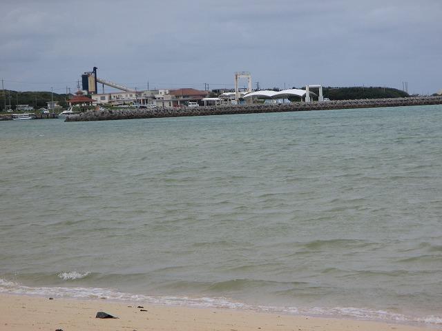トゥマールビーチから見える港