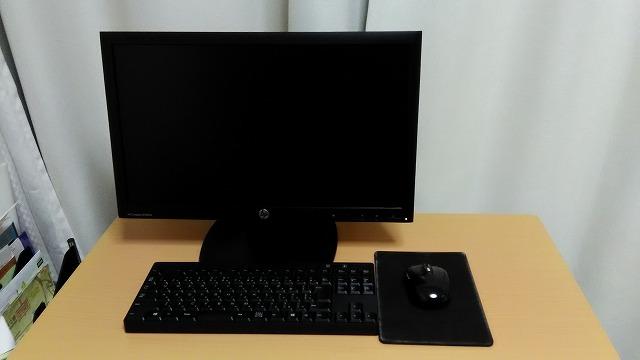 パソコンデスクトップとエレコムテンキーレスキーボード