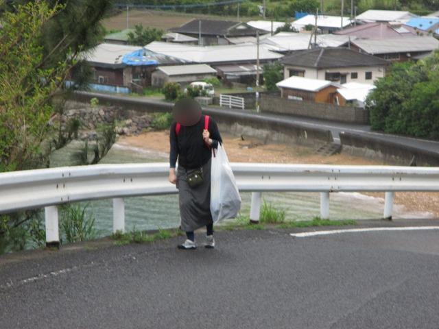 坂道を歩く女性