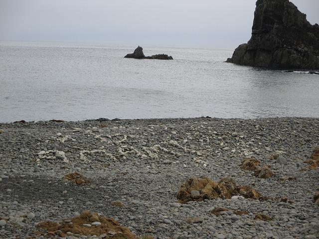 白い石で書いたAMAMIの文字
