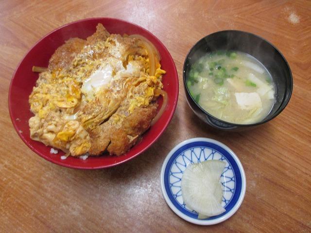 カツ丼と味噌汁と漬物