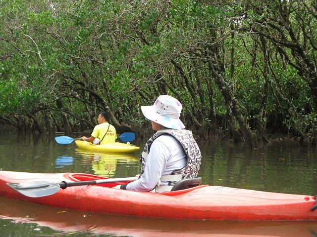 カヌーにのるスタッフと女性の後ろ姿