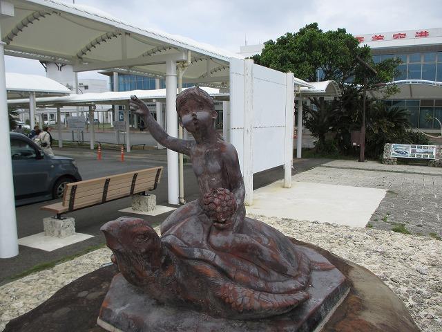 奄美空港にあるウミガメに乗った少年の像