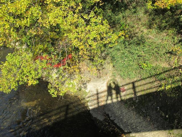 橋と2人の影