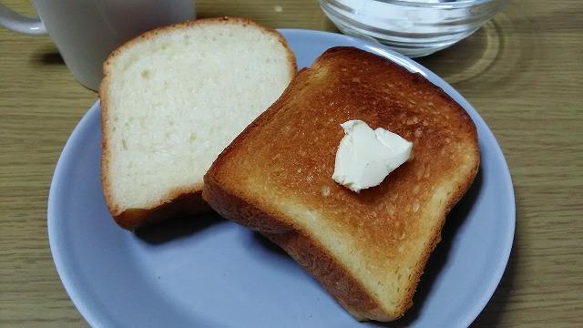 業務スーパービール酵母パン・生とトーストしたもの