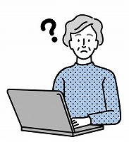 パソコンをするシニア女性