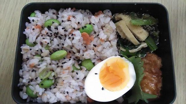 鮭フレークと枝豆の混ぜごはん弁当