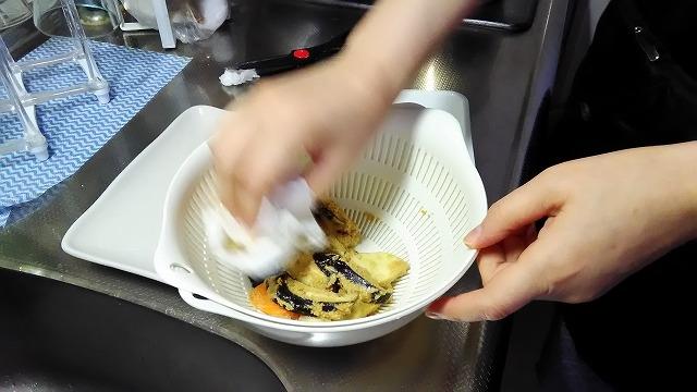 糠をキッチンペーパーで拭く