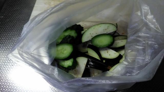 ビニール袋にいれた野菜