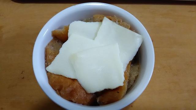 とろけるチーズをのせる