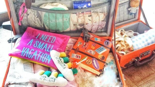 スーツケースいっぱいの荷物