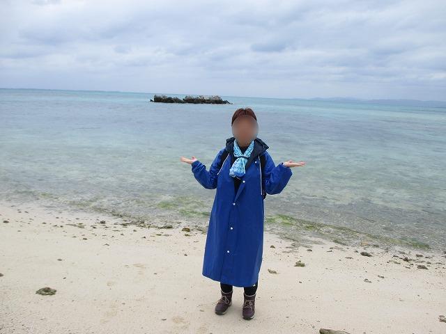 コンドイビーチにカッパを着た女性