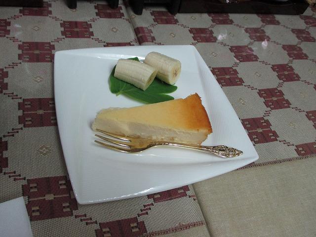 高那旅館、朝食のデザート / チーズケーキとバナナ