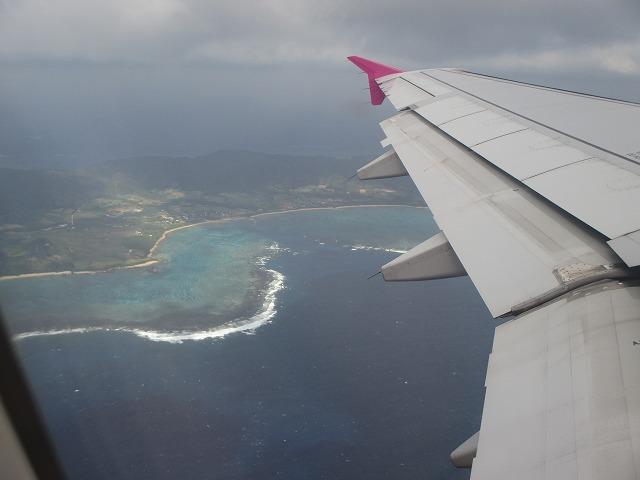 飛行機の羽と上から見る石垣島