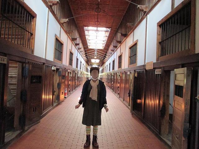 網走監獄内部に女性