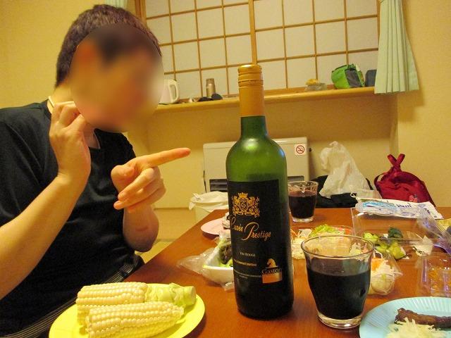 赤ワインを指差す女性