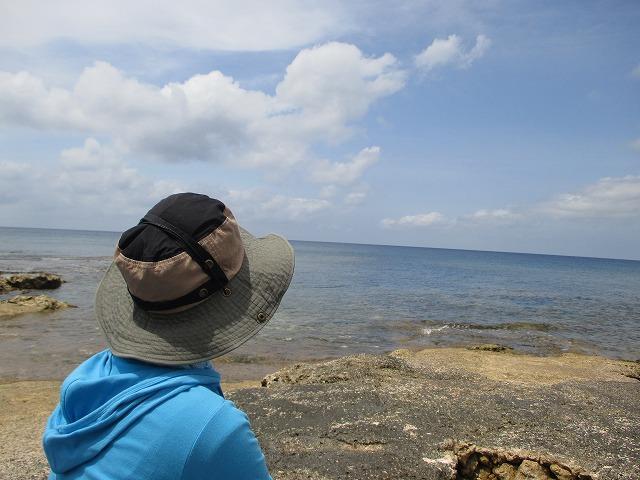 海と女性の後ろ姿