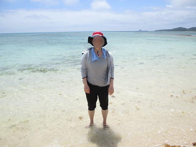 海に足をつける女性