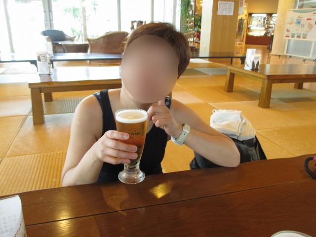 生ビールを飲む女性
