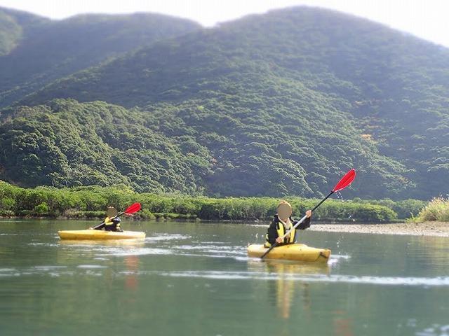 カヌーをこぐ2人の女性