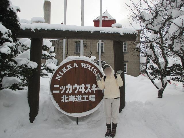 ウイスキー樽のフタと雪景色