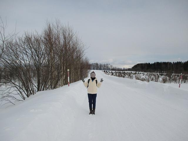雪の道と女性