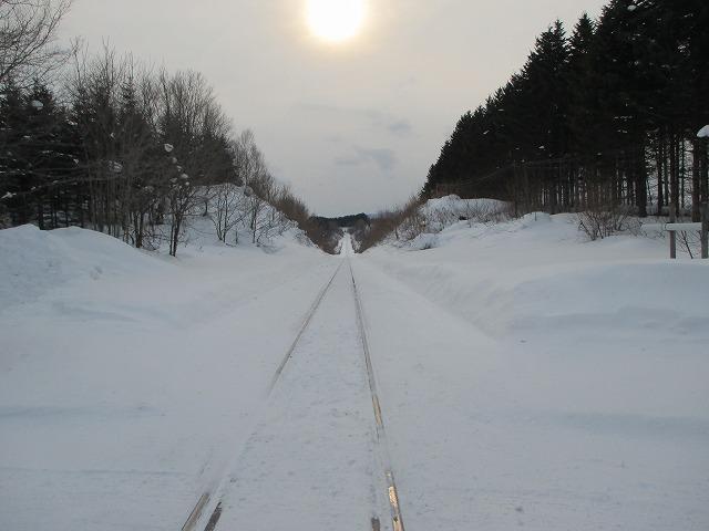 雪に埋もれた線路
