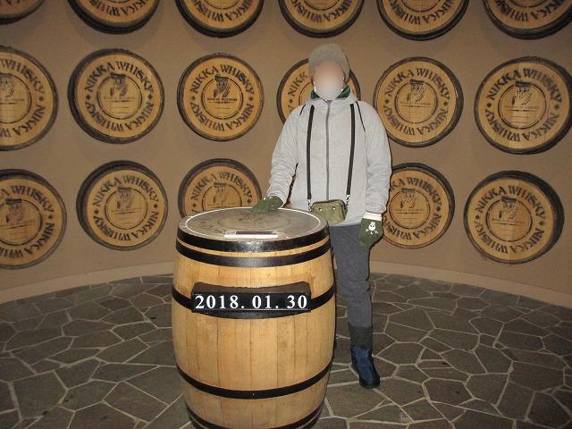 ウイスキー樽と女性