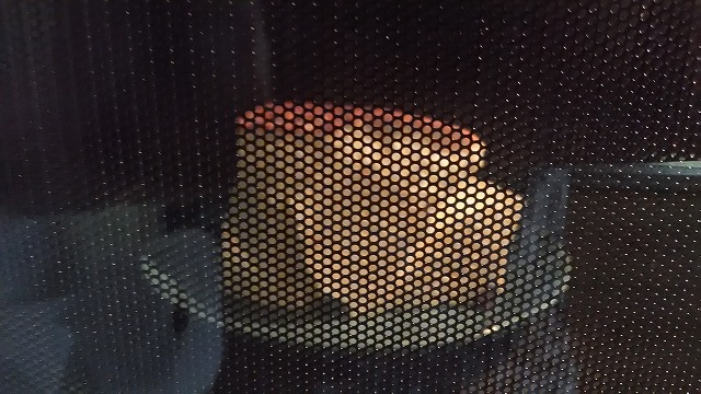 電子レンジでチーズケーキを温めている