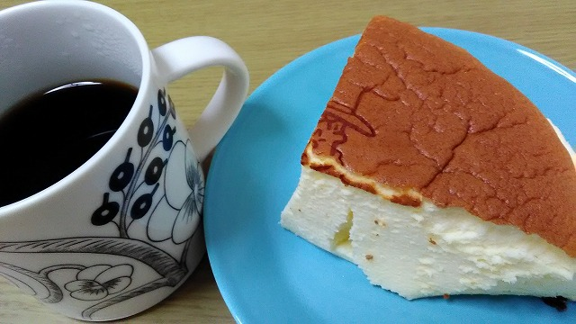 りくろーおじさんのチーズケーキとコーヒー